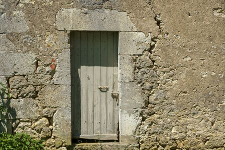 A large crack in the wall of a rustic outbuilding threatens its stability. Banque d'images