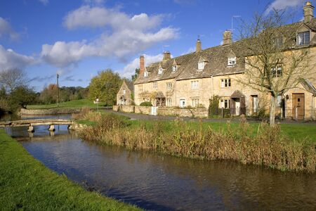 England, Gloucestershire, Cotswolds, idyllic riverside cotswold stone cottages at Lower Slaughter in autumn sunshine Foto de archivo