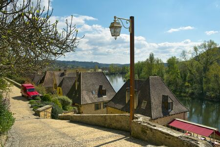 Picturesque honeypot village of La Roque-Gageac is built under the cliffs beside the Dordogne River in Dordogne, Nouvelle Aquitaine, France. It is a member of the Les Plus Beaux Villages de France association. Banque d'images