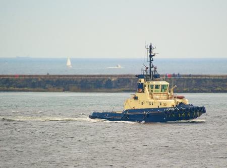 seaway: Tugboat returning to base on River Tyne (UK) Stock Photo