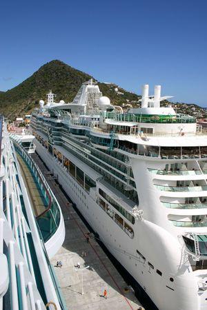 docked: Los buques de crucero atracado en el Puerto  Foto de archivo