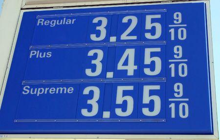 Een teken voor gas prijzen op een tankstation Stockfoto - 3104221
