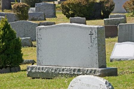 tumbas: Una l�pida en un cementerio de New Jersey Foto de archivo