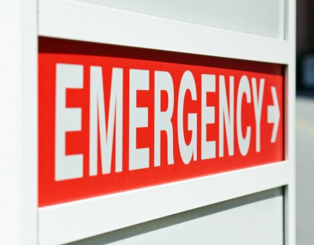 urgencias medicas: Una señal de emergencia roja a la entrada de un hospital