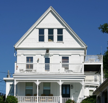 cape cod style: Een traditionele witte Kaap Cop House in Provincetown, Massachusetts