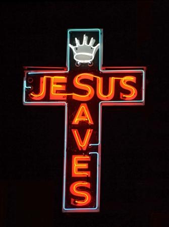 Een rode neon teken lezen van Jesus Saves