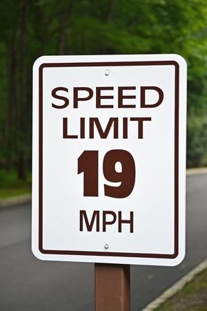 ordenanza: Una señal de límite de velocidad de lectura de 19 millas por hora