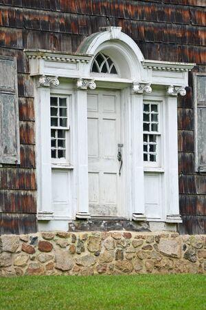 casa colonial: Un blanco y degradado puerta de entrada a una antigua casa colonial