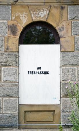 prohibido el paso: A ninguna muestra de violaci�n en la ventana de un edificio antiguo Foto de archivo