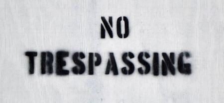 no trespassing: Cerca de una madera ninguna muestra de violaci�n