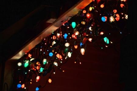 nightime: Diversi fili di luci colorate appese in notturna