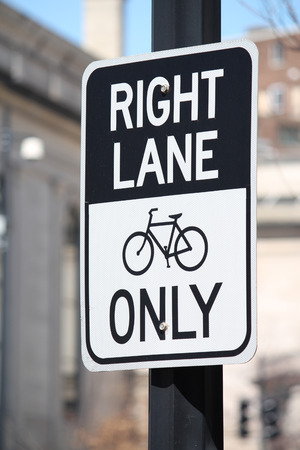 Een straat tekenlezing Right Lane Bikes Only Stockfoto