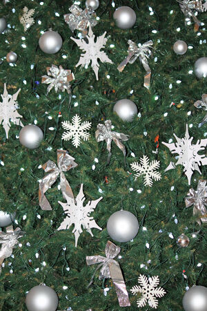 Close-up van veel ornamenten op een kerstboom Stockfoto