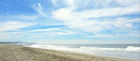 The waves at a peaceful sandy beach on a sunny day 版權商用圖片
