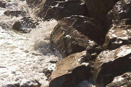 wzburzone morze: Rough morza upaść na skałach Zdjęcie Seryjne