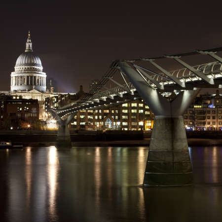 st pauls cathedral: St Pauls cathedral and the Millennium Bridge