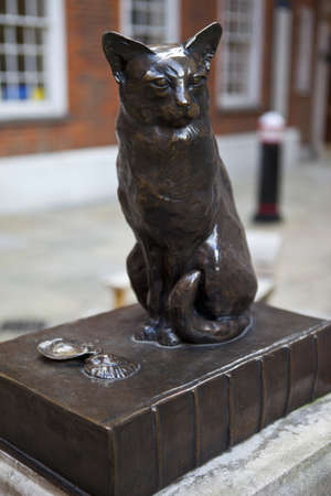 samuel: Statue of Dr Samuel Johnsons Cat called Hodge Stock Photo
