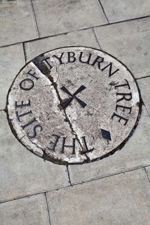 gallow: Plaque in London (located near Marble Arch) remembering the site of the Tyburn Tree.  This was the site of Tyburn gallows where prisoners were hung from the late 16th century. Stock Photo