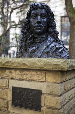 oficina antigua: Un busto de Samuel Pepys identificaci�n de la antigua sede de la Oficina de la Armada (En Seething Lane Gardens, Londres), que fue destruido por un incendio en 1673. Samuel Pepys vivi� y trabaj� aqu�. Editorial