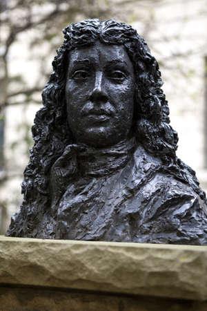 oficina antigua: Un busto de Samuel Pepys identificaci�n de la antigua sede de la Oficina de la Armada (En Seething Lane Gardens, Londres), que fue destruido por un incendio en 1673. Samuel Pepys vivi� y trabaj� aqu�. Foto de archivo