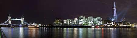londre nuit: Une vue panoramique de prendre les sites de Tower Bridge, Londres B�timent de l'Assembl�e, du HMS Belfast et de l'�clat � Londres. Banque d'images