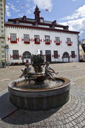 rhein: Town Hall (Rathaus) and Ratsbrunnen (Council) fountain in Linz am Rhein (Linz on the Rhine) in Germany.
