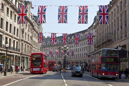 taxista: Banderas de la Uni�n para conmemorar el jubileo de diamante Queens en Regent Street, Londres.