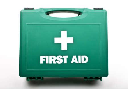 first aid box: Un botiqu�n de primeros auxilios en un fondo blanco.