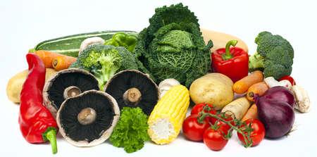 comida rica: Surtido de verduras sobre un fondo blanco.