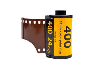 rollo pelicula: Un rollo de película fotográfica en un fondo blanco.