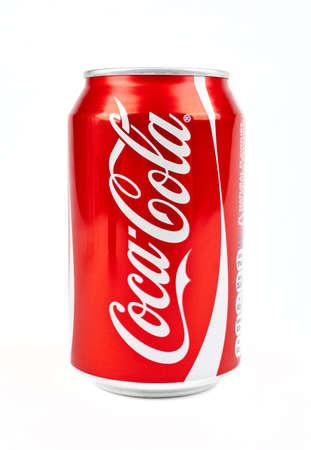 Dose Cola über einem weißen Hintergrund. Standard-Bild - 16020471