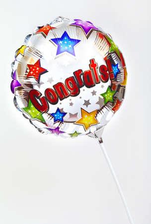 felicitaciones: A 'Congratulations' en globo sobre un fondo liso.