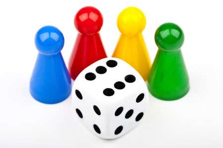 játék: Társasjáték Pieces and Dice mint egy sima fehér háttérrel Stock fotó