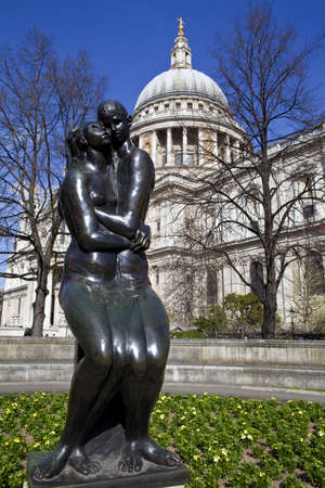 Young Lovers Sculpture and St. Paul's Cathedral in London Stock Photo - 19411816