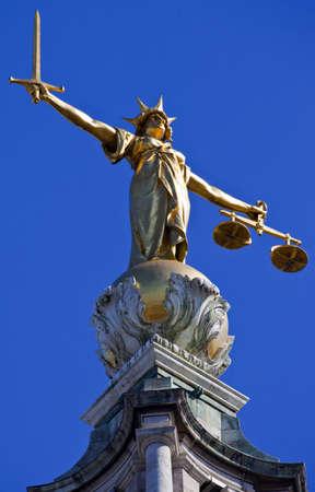 dama de la justicia: La magnífica estatua de la Señora Justicia ontop del Old Bailey (Tribunal Penal Central de Inglaterra y Gales) en Londres. Foto de archivo