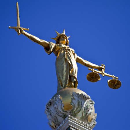 dama de la justicia: La magn�fica estatua de la Se�ora Justicia ontop del Old Bailey (Tribunal Penal Central de Inglaterra y Gales) en Londres. Foto de archivo