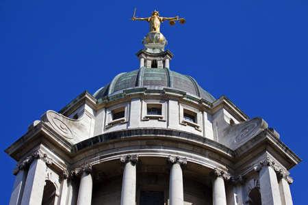dama de la justicia: Mirando hacia arriba en la estatua de la Señora Justicia ontop del Old Bailey de Londres.
