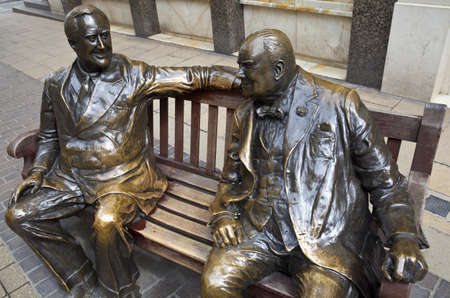 allies: Statues of allies Franklin D. Roosevelt and Winston Churchill talking to each other in Londons Mayfair.