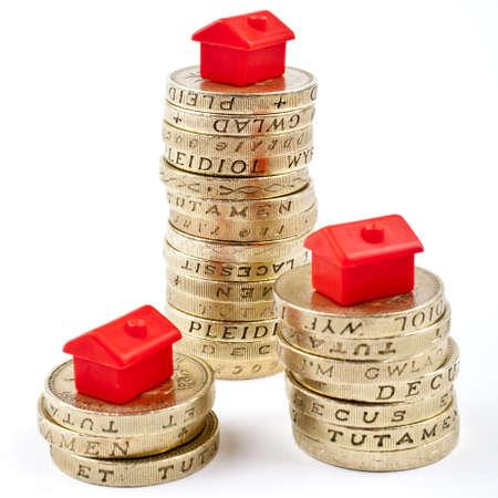 valor: 1 monedas apiladas en tres montones. Ahorrar para una casa.