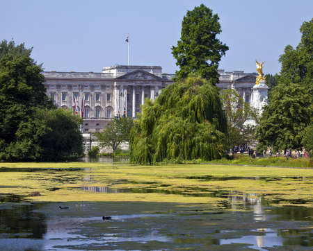 st jamess: The view of Buckingham Palace from St  Jamess Park Editorial