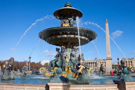 royale: La fuente de la navegaci�n mar�tima en la Place de la Concorde en Par�s El Obelisco, Rue Royale y la Iglesia de la Madeleine tambi�n se puede ver en la distancia
