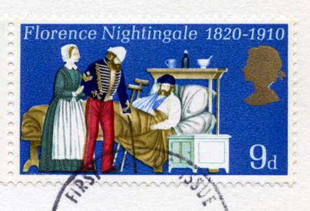 enfermera: Reino Unido - alrededor de 1970: Un sello de correos británico utilizado en conmemoración del 150 aniversario del nacimiento de la madre de la enfermería moderna, Florence Nightingale, alrededor de 1970. Foto de archivo