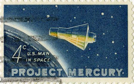 sello postal: ESTADOS UNIDOS, alrededor de 1962: Una cosecha EE.UU. sello que celebra el primer hombre americano en el espacio, alrededor de 1962. Foto de archivo