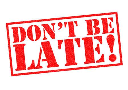 llegar tarde: No llegues tarde! Sello de goma de color rojo sobre un fondo blanco.