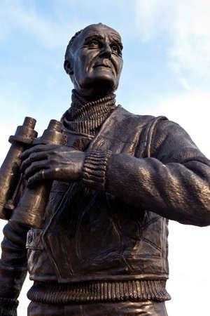 frederic: La estatua del ex primer ministro brit�nico Royal Navy Officer capit�n Frederic John Walker ubicado en el Pier Head en Liverpool