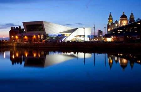 Het prachtige uitzicht van Liverpool in de schemering Het uitzicht neemt in bezienswaardigheden, zoals het Museum van Liverpool, de Royal Liver Building en de Port of Liverpool Building Redactioneel