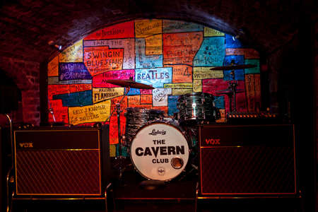 LIVERPOOL, UK - APRIL 17TH 2014: The stage inside the historic Cavern Club in Liverpool on 17th April 2014.  Many bands from the 1960s starting playing at the Cavern Club before they were famous.  The most notable were The Beatles. 新聞圖片