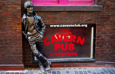 リバプールで歴史的な洞窟クラブ向かいのジョン ・ レノンの銅像