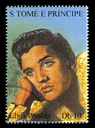 principe: S. Tom� y Pr�ncipe - CIRCA 2005: Sello de S. Tom� y Pr�ncipe ofrece un retrato del legendario Rock and Roll Artista Elvis Presley, alrededor del a�o 2005.