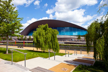 waterleiding: De indrukwekkende Aquatics Centre ligt in het Olympic Park aan de rivier de Waterwerken in Stratford. Redactioneel